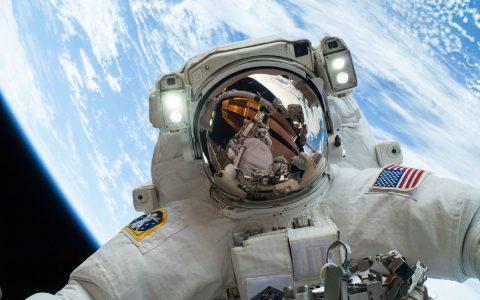 俄宇航员在国际空间站外面捡垃圾,捞了条漂了10年的毛巾