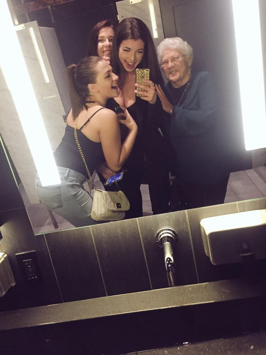 洗手间的老奶奶:怀念以前和姊妹出来玩女孩邀自拍,感动25万网友