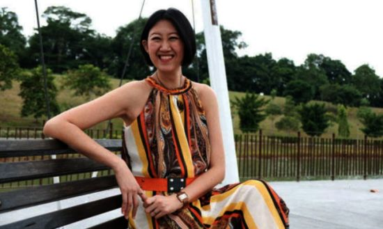 新加坡女作家张佩珊坦承,她在年轻时因欠债而不得不「卖身还债」,接连与30名男子性交,不仅染上性病,也让她的心裡留下伤痕,但在此过程中,她遇上了现在的先生,找到了真爱。图/撷自星洲网