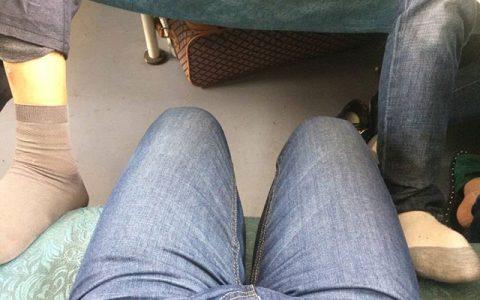 坐次普快,感受下……不是掰开腿,是一边一个人踩在座椅上