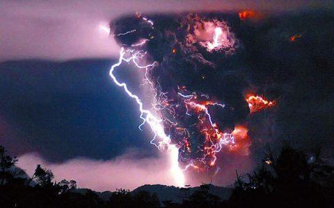 智利火山喷射出的火积云引发了天雷地火