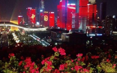 有点燃!深圳湾面朝香港的红旗飘飘