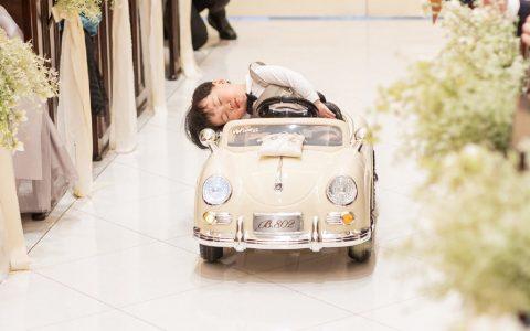 送戒指的小男孩在关键时刻睡着了,婚礼可真累人哈哈哈哈哈哈哈